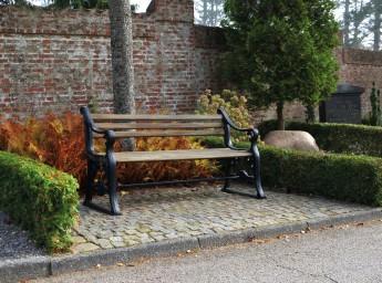 Et billede af Randersbænken, randersbænk foran murstensvæg