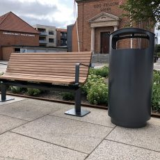 Odin affaldsbeholder fra Jessing ved siden af Odin bænk